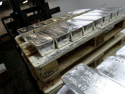 Un palé con lingotes de plata en una planta de Polonia, en una fotografía de archivo.