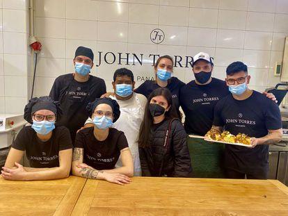 El panadero John Torres y su equipo, en su obrador. J. C. CAPEL