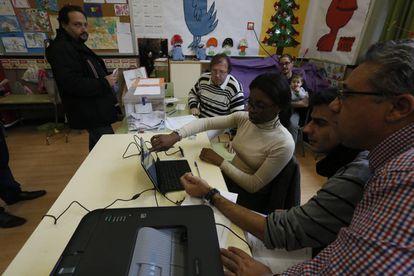 Mesa electoral en el colegio Menendez Pelayo del centro de Madrid.
