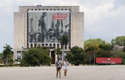 Una pareja camina por la Plaza de la Revolución, en La Habana.