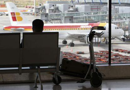 Viajeros esperan en la T-4 del aeropuerto de Barajas de Madrid