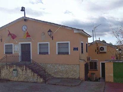 Fachada del ayuntamiento de Esplegares con la entrada al único bar del pueblo al fondo.