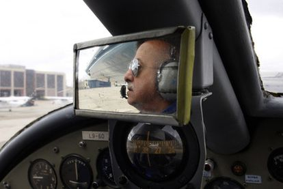 Un piloto de la Fundación Infante de Orleans a los mandos de uno de los aviones históricos.