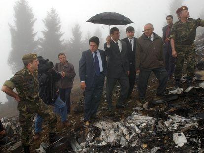 El ministro de Defensa, Federico Trillo (en el centro), junto a su homólogo turco, Vecdi Gonul (a la derecha), durante la visita al lugar del accidente del avión Yakovlev 42 ucraniano, en el nordeste de Turquía, el 17 de mayo de 2003.