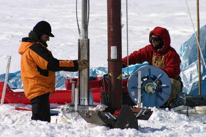 Extración de un núcleo de hielo en Groenlandia.
