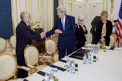 El secretario de Estado de EE UU, John Kerry, saluda al presidente de la Organización de Energía Atómica iraní, Ali Akbar Salehi en Viena.
