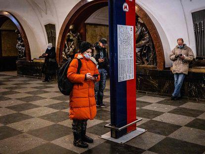Varias personas consultan sus móviles en el metro de Moscú, que además ofrece conexión wifi a Internet, este miércoles.