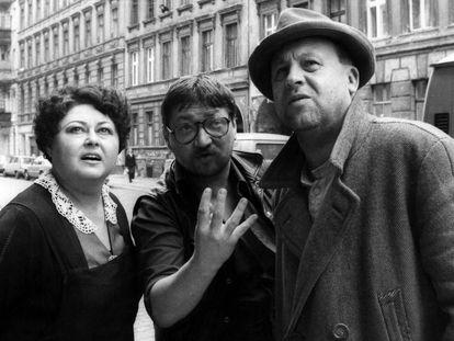 El director Rainer Werner Fassbinder (en el centro), da instrucciones a Elma Karlowa y Günter Lamprecht en un momento del rodaje de 'Berlin Alexanderplatz'.