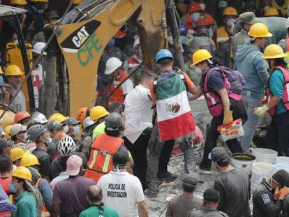 Grupos de rescate y voluntarios continúan con las labores de búsqueda de desaparecidos por el terremoto de México