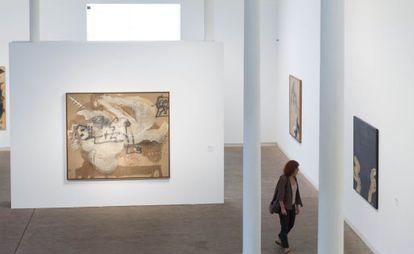 Tres de las 'nuevas' obras de Tàpies que pueden verse en la exposición de 25 años de la Fundación, tras la donación de la familia.