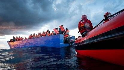 El Aita Mari rescata en el Mediterráneo, a su paso por Lampedusa, a 105 personas, entre ellas dos menores.