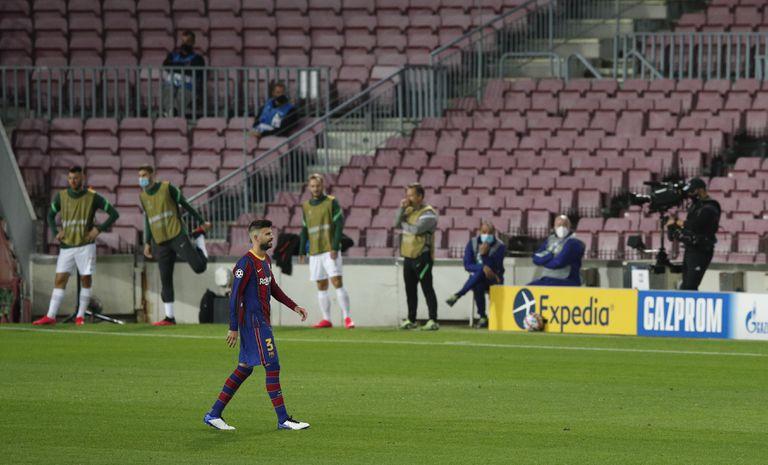 Piqué deja el campo tras ser expulsado ante el Ferencváros.