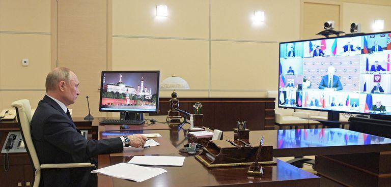 El presidente ruso, Vladímir Putin, en una reunión por videoconferencia con su gabinete desde su residencia de Novo-Ogaryovo, el miércoles.