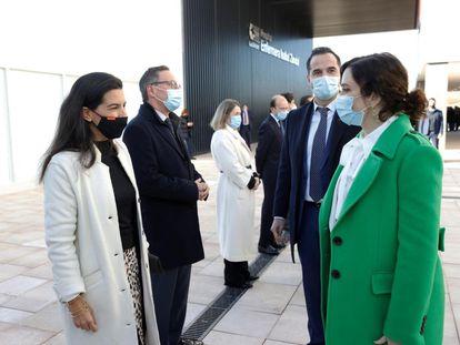 La presidenta de la Comunidad de Madrid, Isabel Díaz Ayuso (d), acompañada por el vicepresidente, Ignacio Aguado (2d), saluda a la portavoz de Vox en la Asamblea, Rocío Monasterio (i), en el hospital Isabel Zendal.