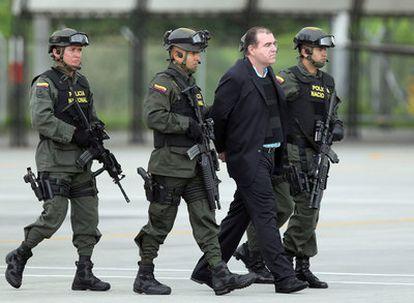 El presunto narcotraficante venezolano Walid Makled es fuertemente custodiado por la policía colombiana hacia el avión con destino Caracas
