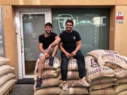 A la derecha, Yassir Raïs, fundador de Syra, con  Mattia Conte, director de producto, en uno de sus locales en Barcelona.