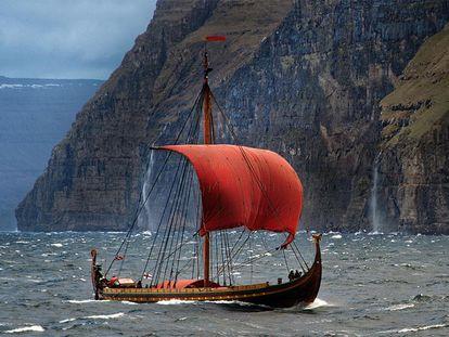 La reconstrucción del barco vikingo Skuldevev 2, 'Corcel de los mares',  navegando de Dinamarca a Dublín en 2007