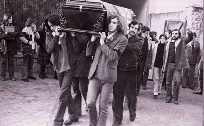 Compañeros y amigos portan el féretro de Yolanda González. Imagen del libro 'No te olvides de mí. Yolanda González, el crimen más brutal de la Transición' (Planeta).