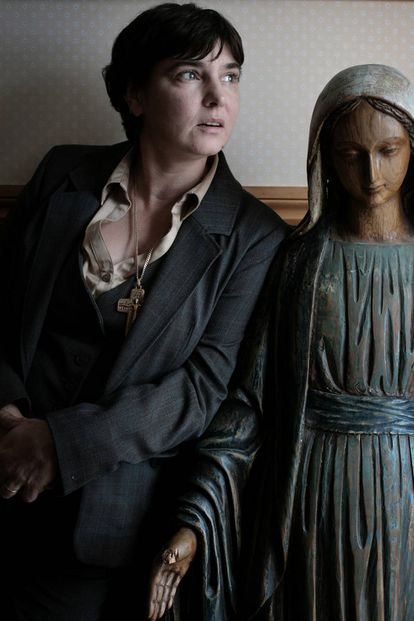 Sinéad O'Connor fotografiada junto a una figura de la virgen María en su casa en 2010.