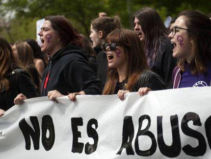 Manifestantes contra la sentencia de La Manada, el viernes en Pamplona.