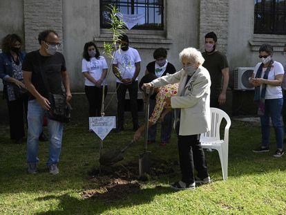 Lita Boitano, presidenta de la organización de derechos humanos Familiares de Desaparecidos y Detenidos por Razones Políticas, participa en una ceremonia plantando un árbol, el día de hoy en Buenos Aires.