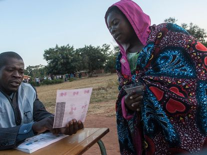 Una mujer vota en Lilongwe, capital de Malaui, durante la repetición de las elecciones presidenciales, celebradas este martes 23 de junio.