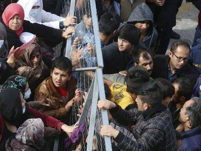 Un grupo de demandantes de asilo protesta en el campo de Elinikón (antiguo aeropuerto de Atenas), utilizado como centro de acogida.