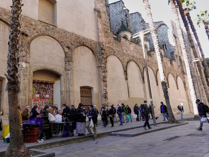 Cola para recoger alimentos este enero en la parroquia de Sant Agustí, en Barcelona.