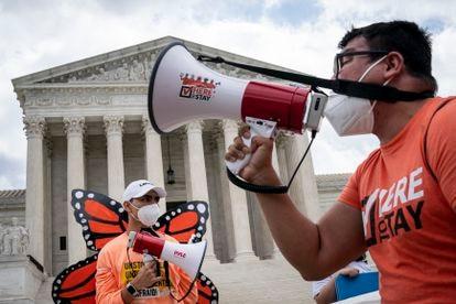 Beneficiarios del programa DACA ('dreamers') se manifiestan frente a la Corte Suprema el 18 de junio de 2020 en Washington, DC.