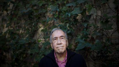 El poeta Joan margarit en su casa de Barcelona.