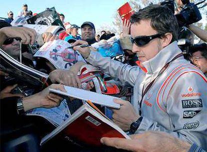 Alonso firma autógrafos ayer en Melbourne (Australia).