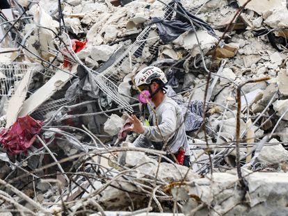 Un rescatista trabaja en los escombros del edificio durante las jornadas de búsqueda.