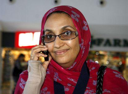 La activista saharaui, en el aeropuerto de Lanzarote.