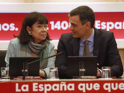 Pedro Sánchez, y la presidenta del PSOE, Cristina Narbona, durante la reunión de la Comisión Permanente de la Ejecutiva Federal del partido, este lunes