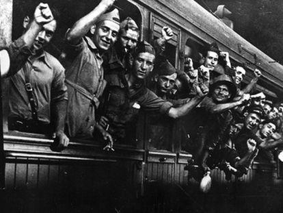 Soldados catalanes parten hacia el frente del Aragón durante la guerra civil española.