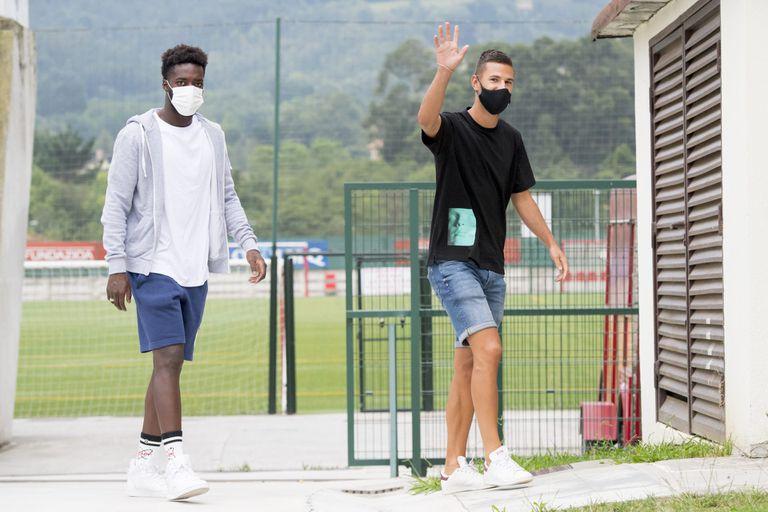 Iñaki Williams, a la izquierda, a su llegada a las pruebas médicas.