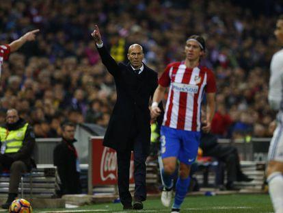 Zidane da instrucciones desde la banda en el derbi del sábado.