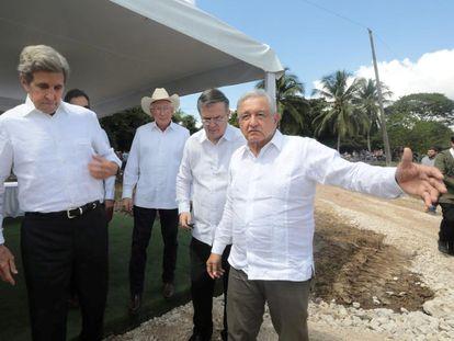 El presidente Andrés Manuel López Obrador junto al enviado especial de EE UU para el clima, John Kerry, en octubre, en Chiapas.