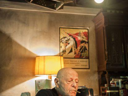 El escritor francés Pierre Michon se enciende un cigarro en su casa de Les Cards, Francia.