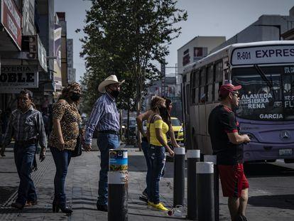 Peatones se encuentran en la avenida Alfonso Reyes, en Monterrey, el 5 de junio de 2021.