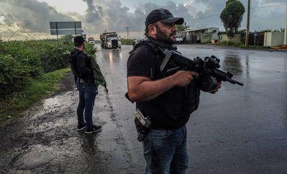 Grupos de autodefensa patrullan la frontera entre Michoacán y Colima.