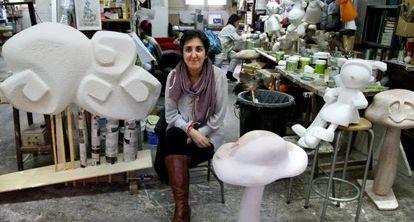 Marisa Falcó, en su taller fallero en el barrio del Carmen de Valencia.