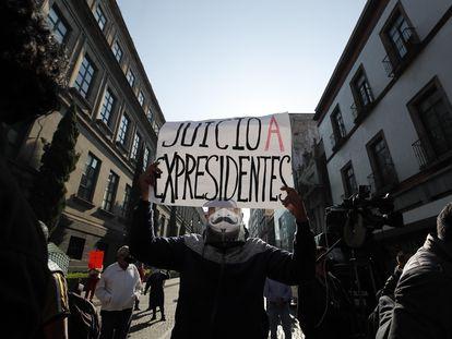 Una protesta a favor del juicio a expresidentes afuera de la Suprema Corte de México.