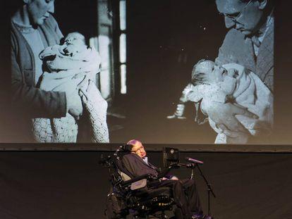 Stephen Hawking, frente a dos fotos en brazos de su madre y su padre.