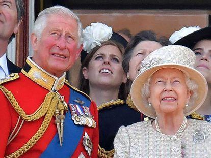 Carlos de Inglaterra y la reina Isabel II, en el palacio de Buckingham.