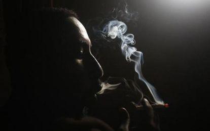 Un hombre inhala heroína.