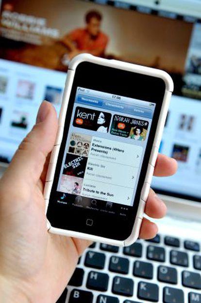 Un usuario, en un entorno musical enteramente Apple: iPhone, iTunes y un ordenador Mac.