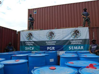 Militares resguardan material químico utilizado para fabricar drogas sintéticas, en el puerto de Manzanillo, en el Estado de Colima, en 2011.