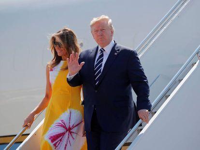 El presidente de EE UU, Donald Trump, con la primera dama, Melania Trump, a su llegada este sábado a Biarritz (Francia).