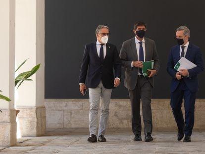 El portavoz del Gobierno andaluz, Elías Bendodo, a la izquierda; el vicepresidente de la Junta, Juan Marín, y el consejero de Hacienda, Juan Bravo, este martes tras la reunión semanal del Consejo de Gobierno en Sevilla.